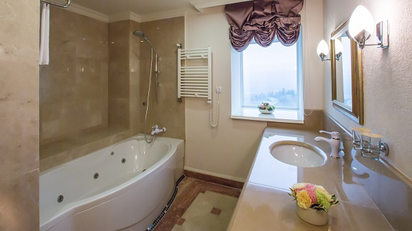 Home Staging: Clean and polish the bathrooms